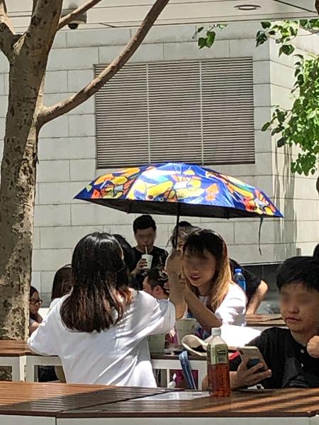 打著陽傘吃漢堡