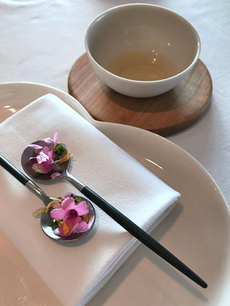花瓣浸番茄火腿油清湯