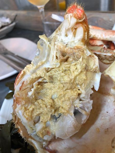蟹身仍帶有很多膏黃