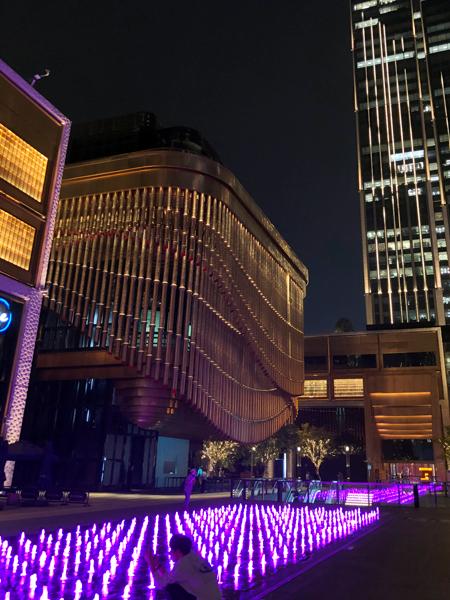 像管風琴的藝術文化中心(左)