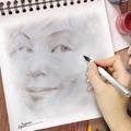 我常畫別人,少有機會讓別人畫啊!通常看照片或是照鏡子都是訓練人物素描手感的方法。