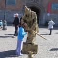 很特殊的街頭藝人,乍看之下會以為是雕像,一動也不動,走近他會突然動起來,害你嚇一跳喔!所以走在歐洲街上請小心喔!你可能有不一樣的奇遇喔!