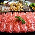 台中日式超市【鮨樂海鮮市場火鍋】海裡游的陸上跑的都在海陸火鍋.粥底精華鮮味雜炊怎麼就這麼好吃啊